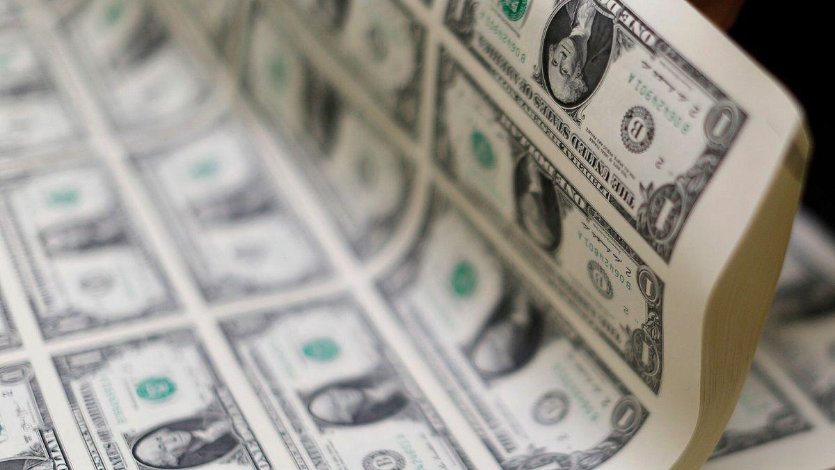El dólar cerró en alza a $95