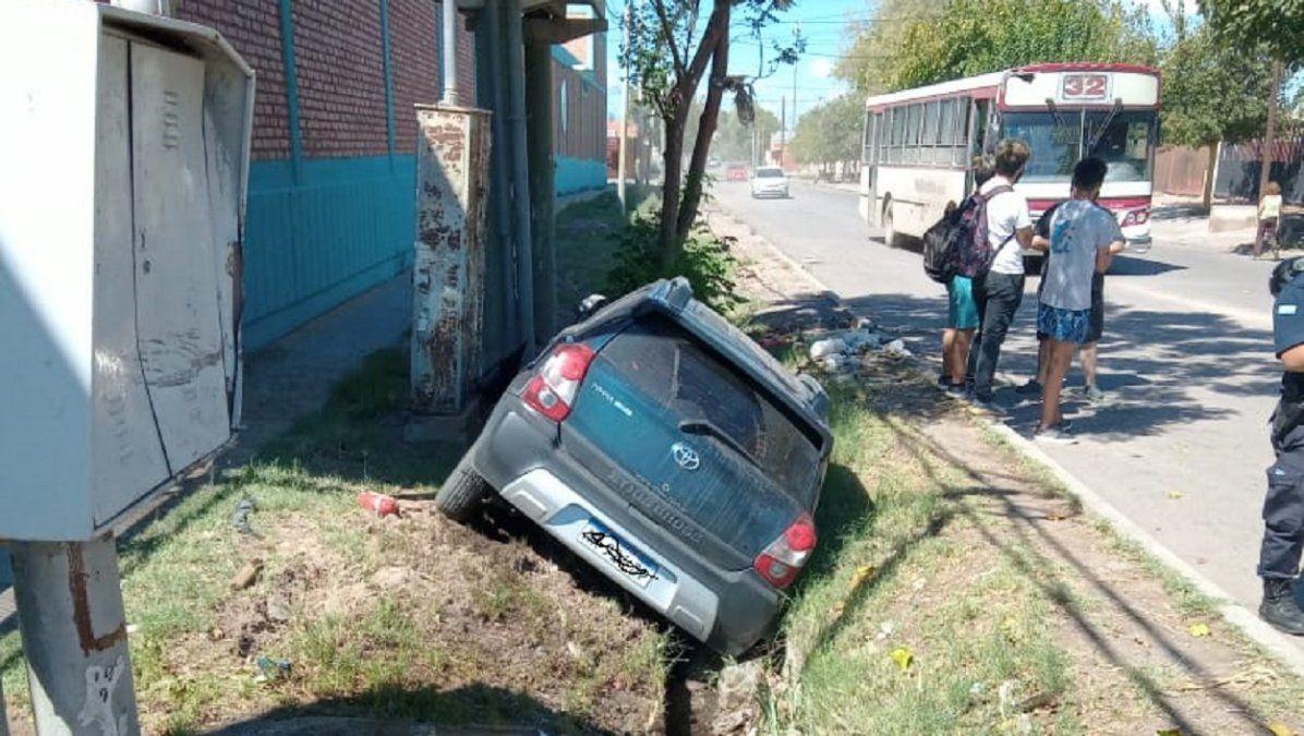 Un fuerte choque terminó con un auto adentro de la acequia