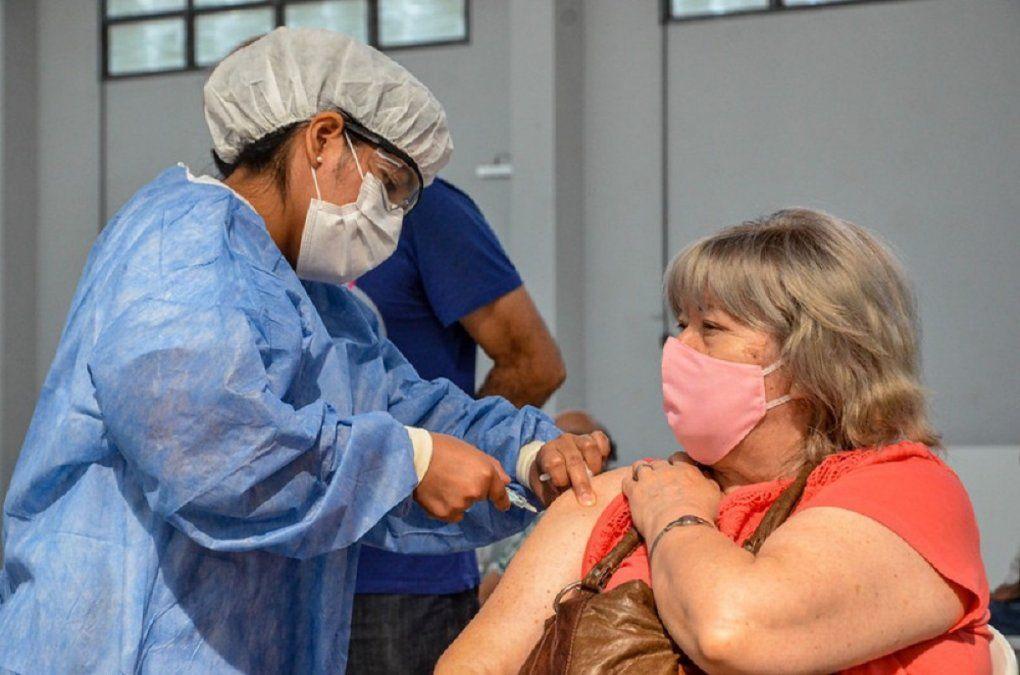 En el Complejo Universitario Islas Malvinas se inmuniza a 360 personas por día