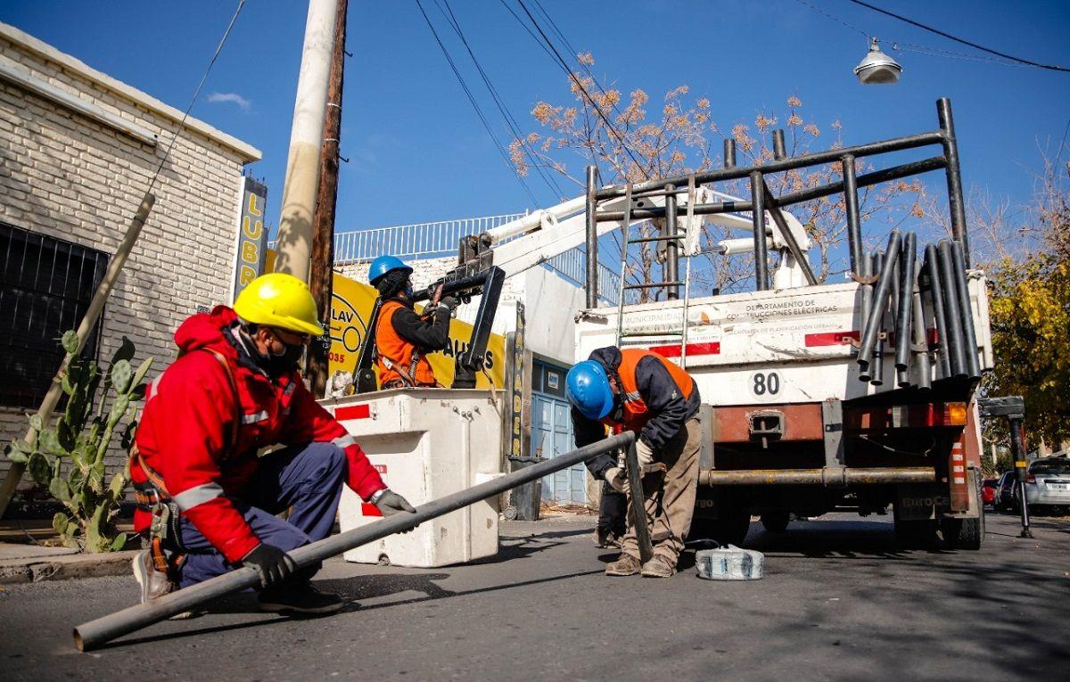 Capital: reemplazaron las lámparas colgantes en calle Santiago del Estero
