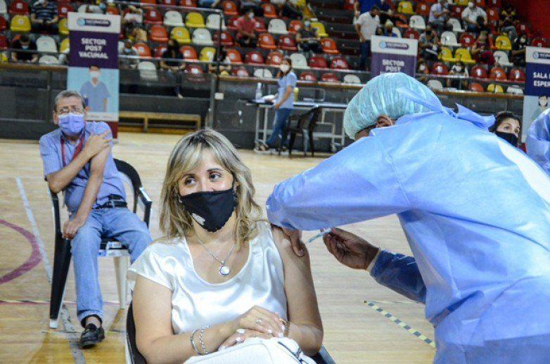 Convocan a los docentes para vacunarse con la segunda dosis desde este miércoles