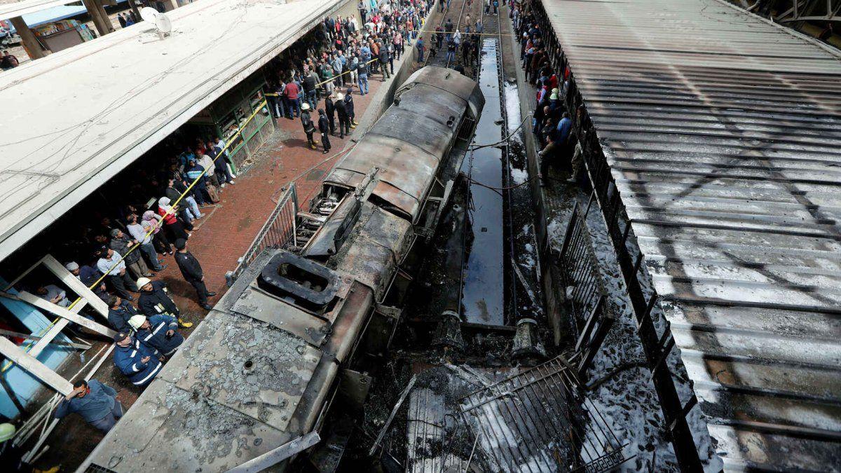 Mueren al menos 32 personas al chocar dos trenes en Egipto