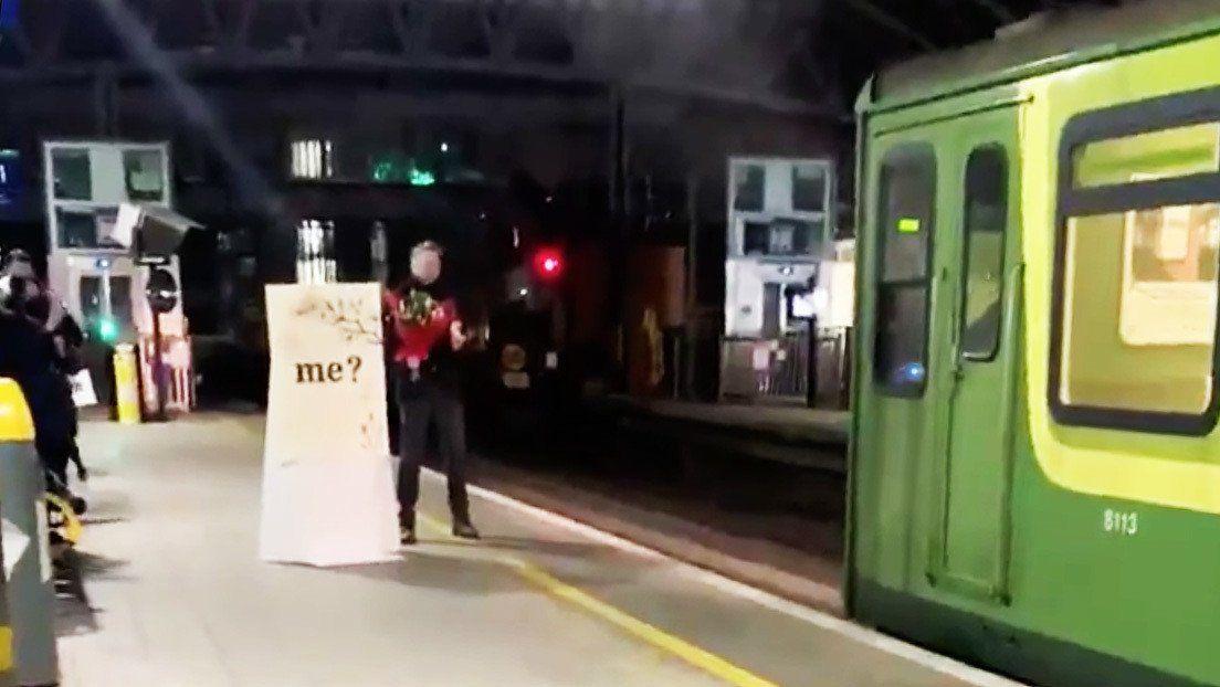 Un hombre esperó que su pareja maquinista llegara en el tren a la estación y le propuso matrimonio.