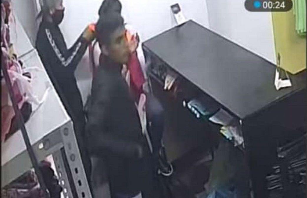 A mano armada robaron en un local de ropa y se llevaron $45 mil