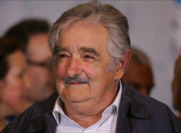 Uruguay: Mujica prohibió a sus funcionarios el uso de facebook y twitter