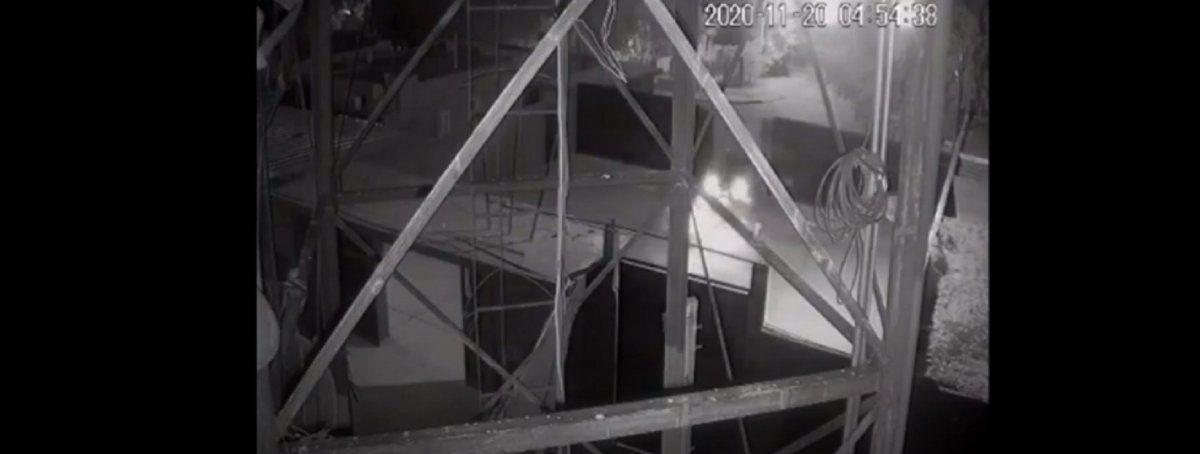 Chocó el portón del estadio Hilario Sánchez y huyó