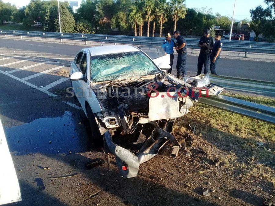 Tres jóvenes fueron hospitalizados luego de estrellar el auto contra un guardarraíl
