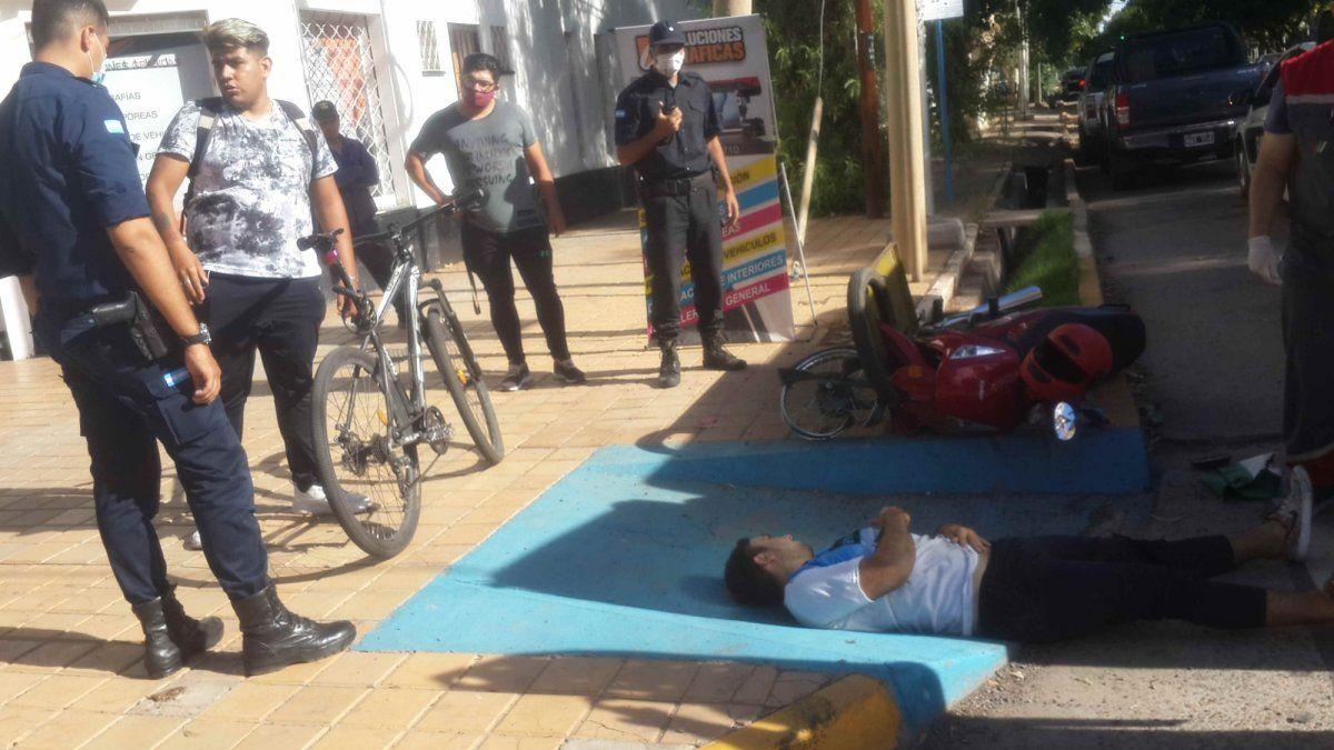 Un motociclista terminó herido tras caer por evitar a un ciclista.