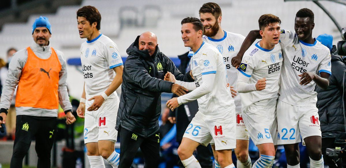 Sampaoli festeja con sus jugadores del Olympique de Marsella.