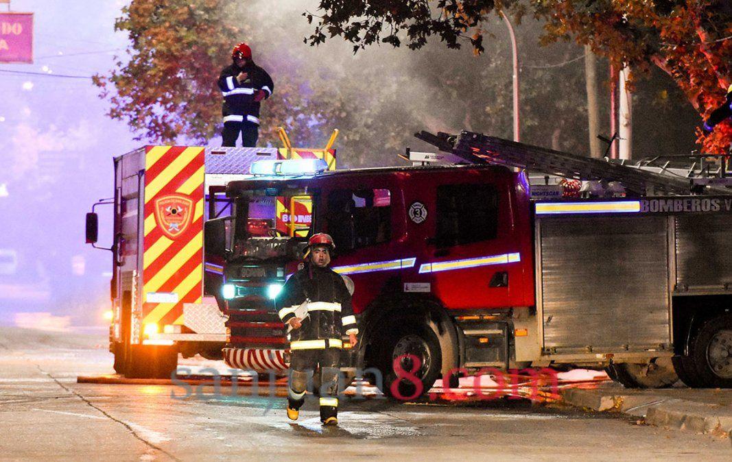 Un bombero cayó del techo de una vivienda cuando apagaba el fuego en Trinidad