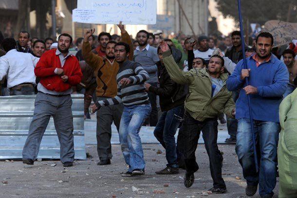 Egipto: tres muertos después de los enfrentamientos entre seguidores y opositores del presidente Mubarak