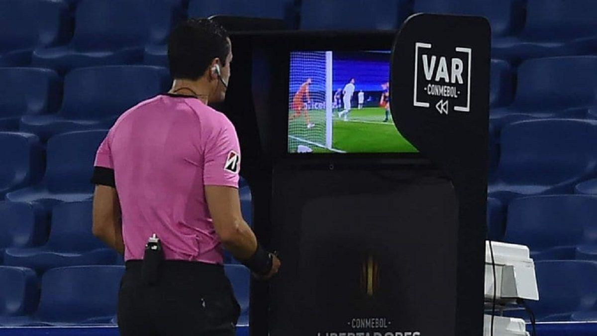 Conmebol suspendió al árbitro de Boca - Atlético Mineiro.