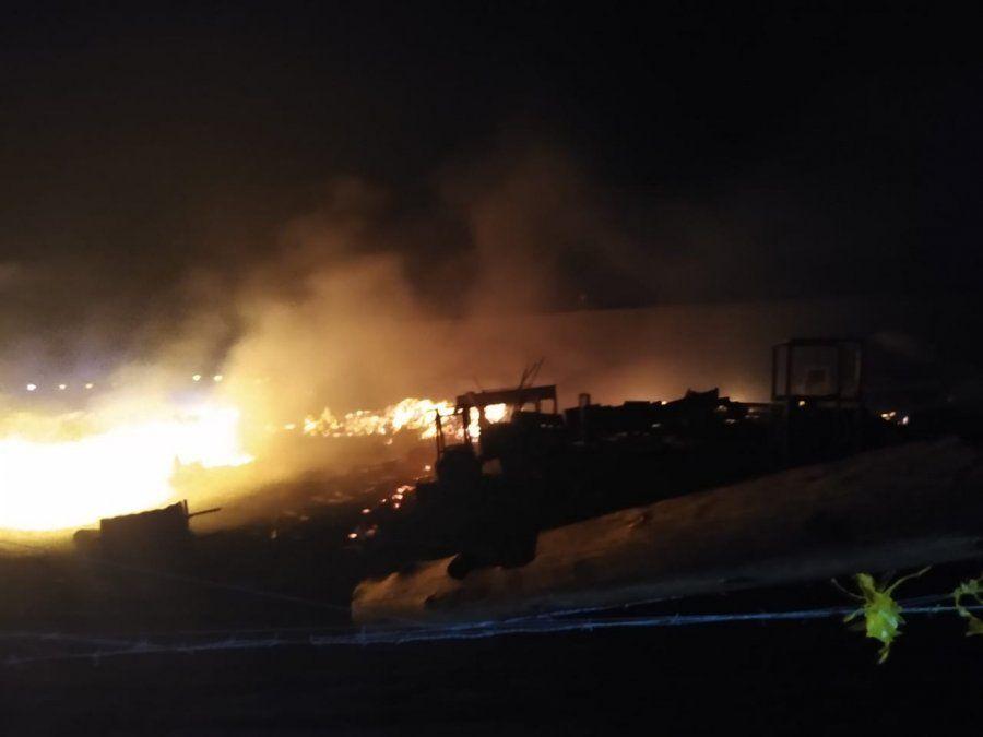 El incendio en la pasera de Albardón aún no fue extinguido