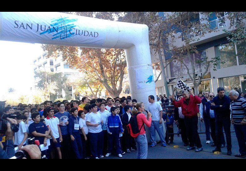 El Maratón por la Fundación de San Juan tiñó las calles céntricas de blanco