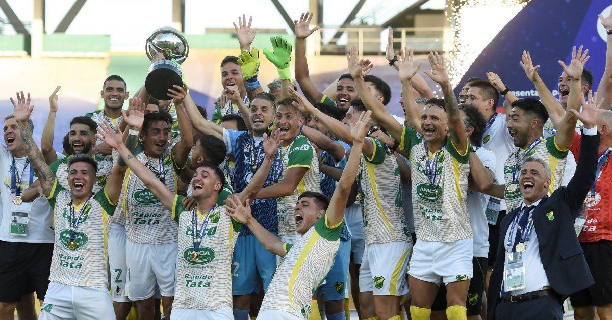 Defensa levantó la Copa Sudamericana tras golear a Lanús.