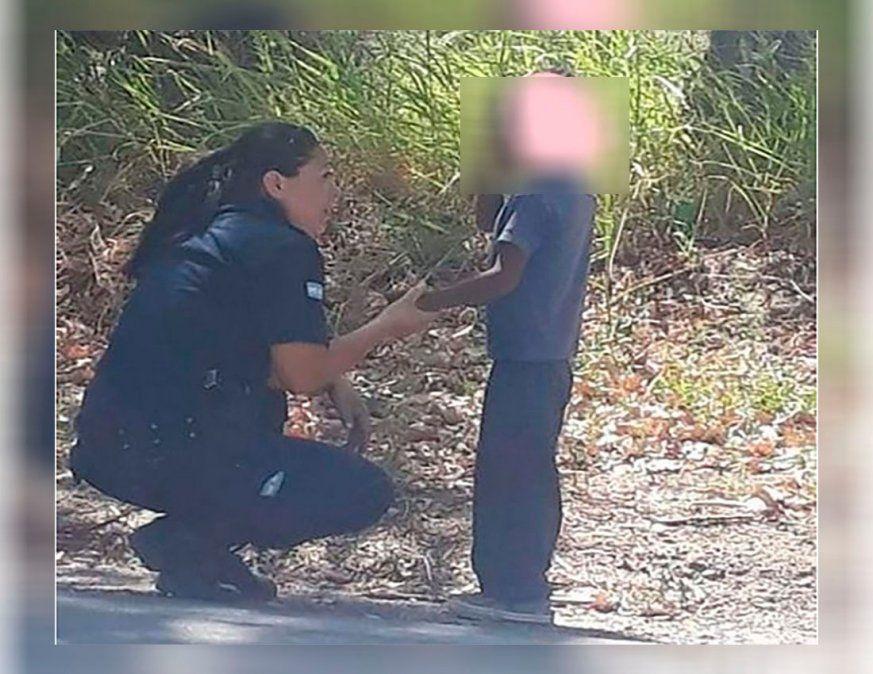 Foto viral: una agente que consolaba a un nene perdido fue furor en las redes