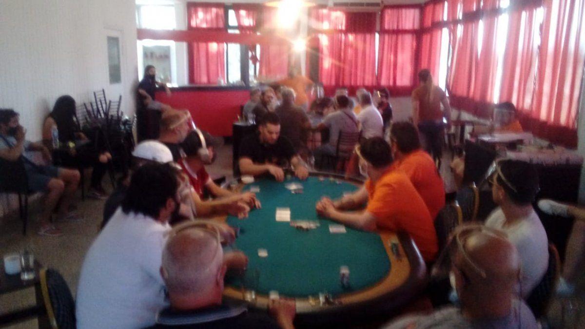 ¡20 detenidos! Armaron una tarde de póquer y alcohol en el Jockey Club