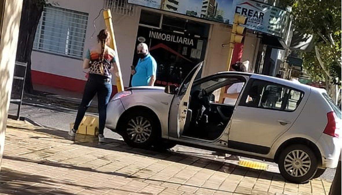 Aprendía a conducir y terminó chocando contra un semáforo