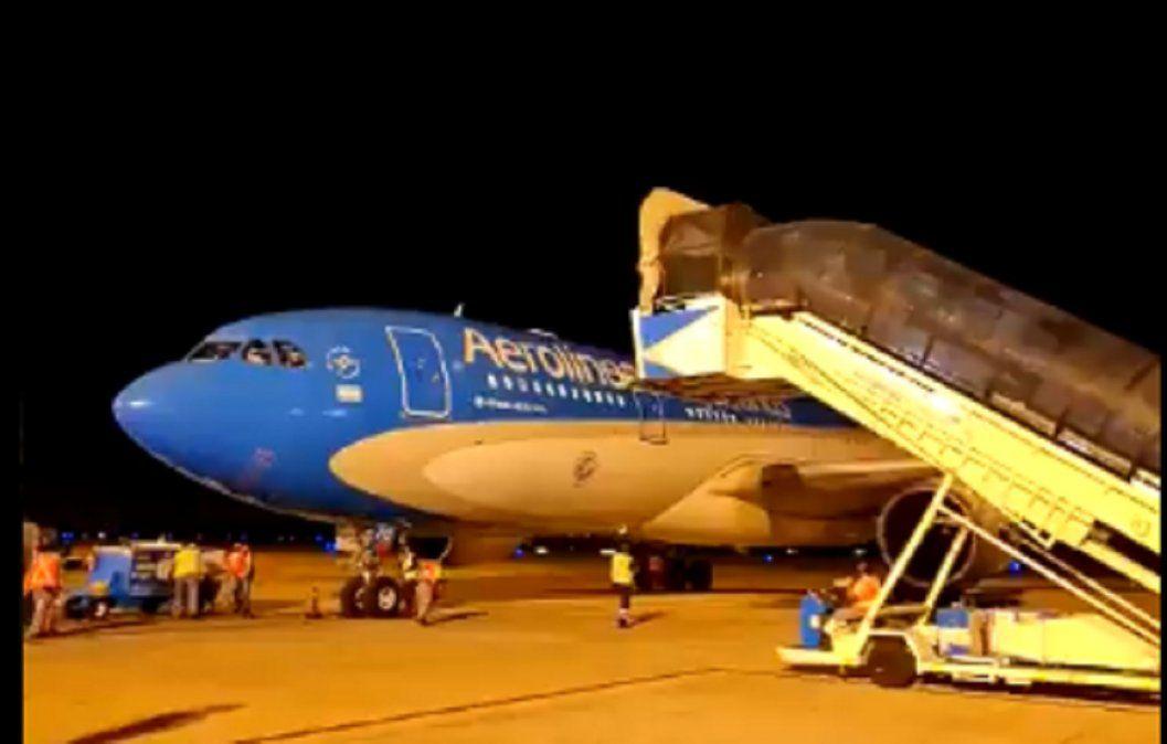 Arribó el avión con el millón de dosis de vacunas Sinopharm