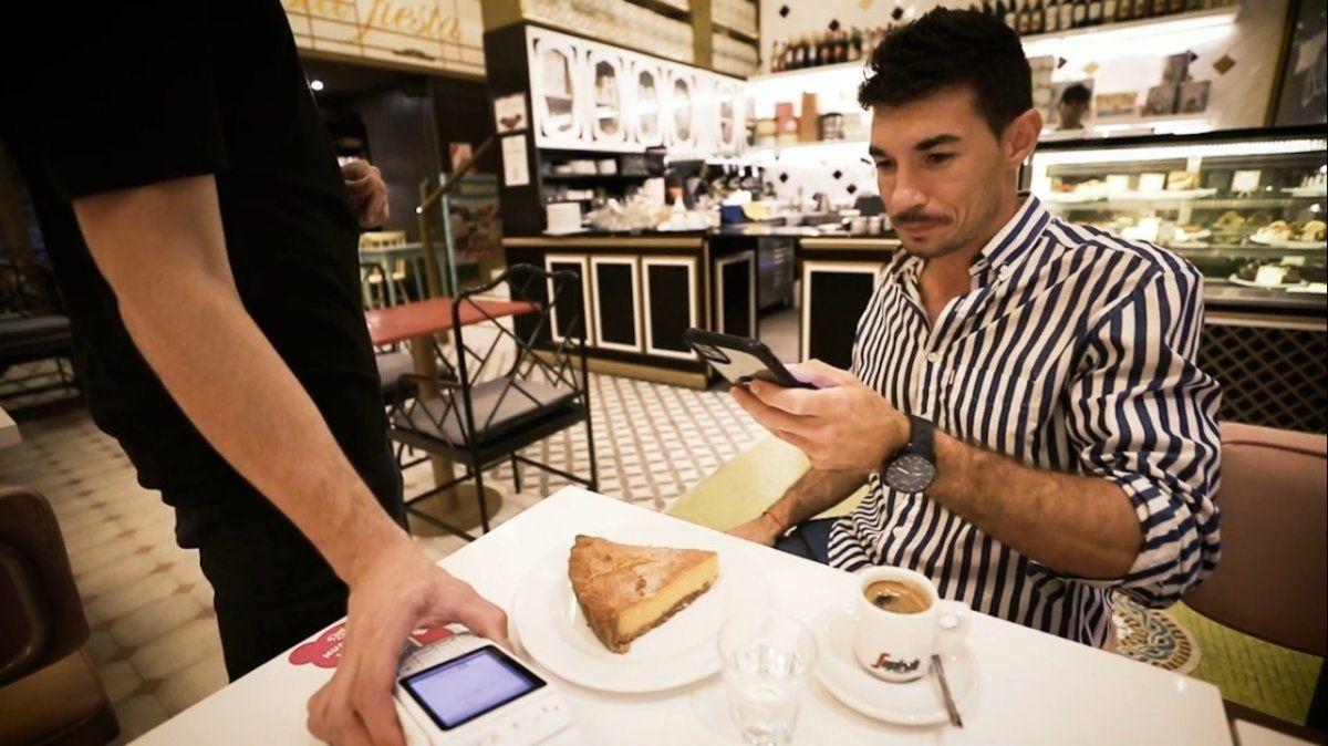 Agustín Neglia mostró cómo pasear por Palermo sin billetera