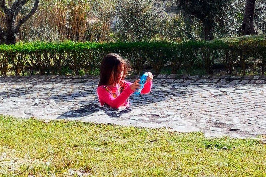 La ilusión óptica de la nena hundida en el camino de concreto