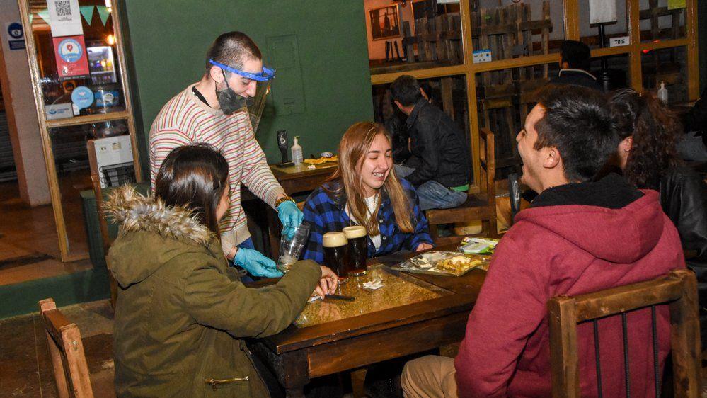 En San Juan, el 80% de los que visitan bares y cafés no respetan el distanciamiento