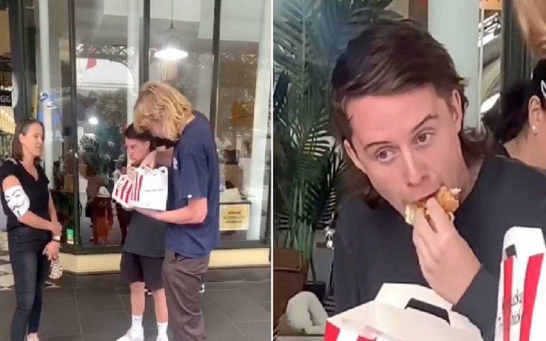 Dos comediantes comieron pollo en una marcha de veganos.