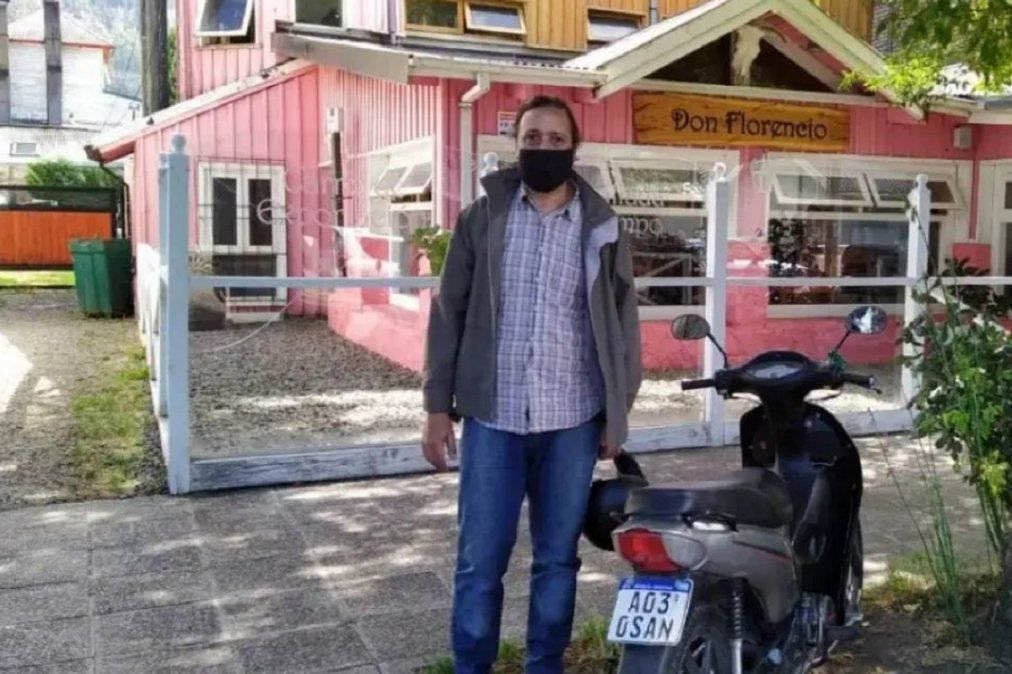Caminaba 28 km por día para ir a trabajar y sus compañeros juntaron sus propinas para regalarle una moto.