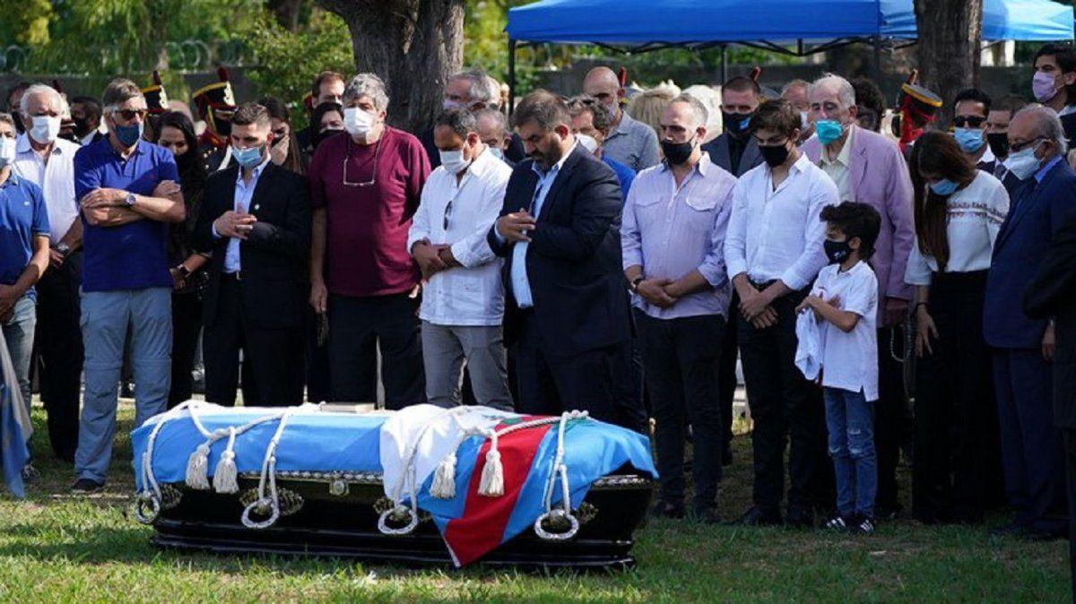 Familiares y políticos, sepultaron los restos de Carlos Menem