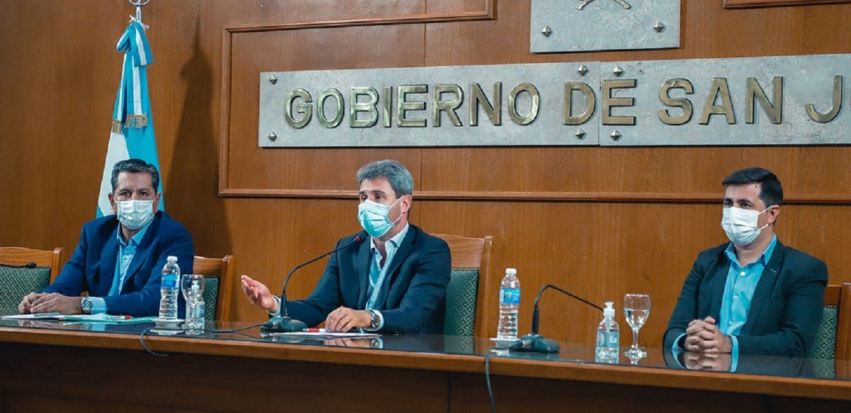 El gobernador Sergio Uñac junto al ministro Aballay y el secretario González.