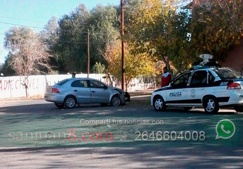 Un hombre, que al parecer conducía ebrio, chocó contra un poste en Rawson
