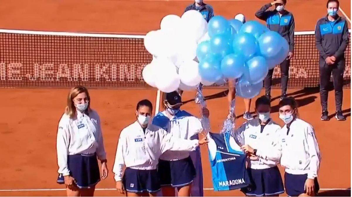 El equipo argentino femenino de tenis homenajeó a Maradona