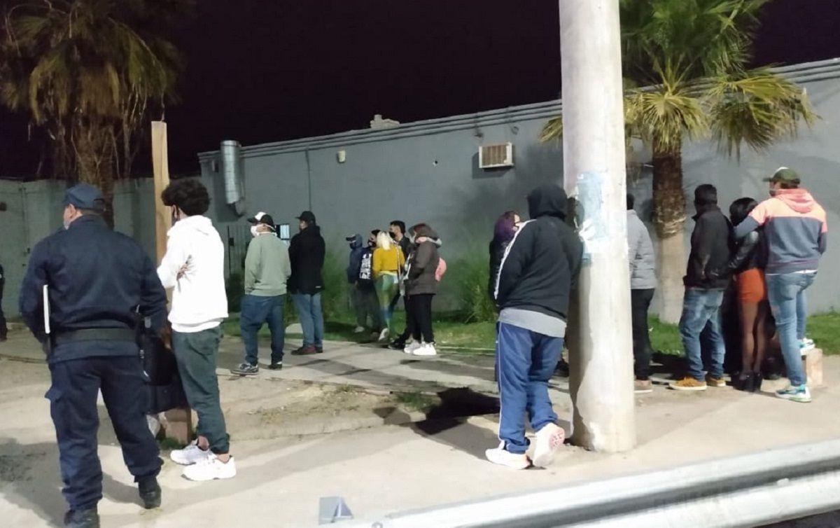 Clausuraron un boliche con 28 personas en plena fiesta clandestina