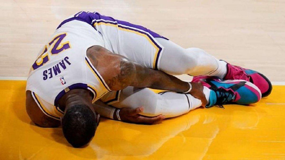LeBron James sufrió un esguince y es baja indefinida en Los Lakers
