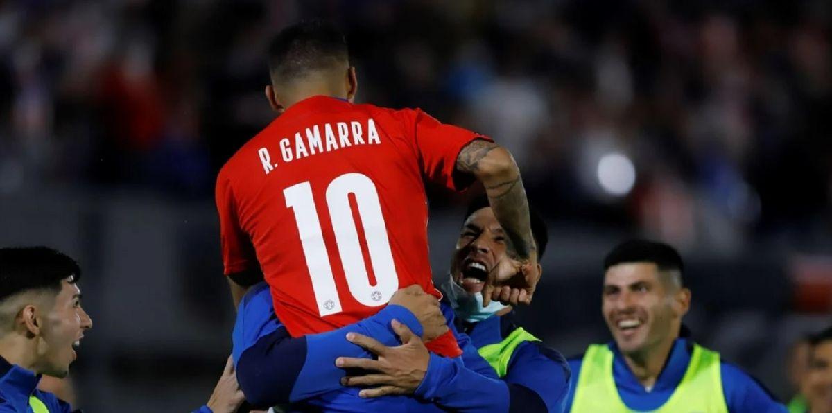 Romero Gamarra festeja el 2 a 0 parcial para Paraguay.