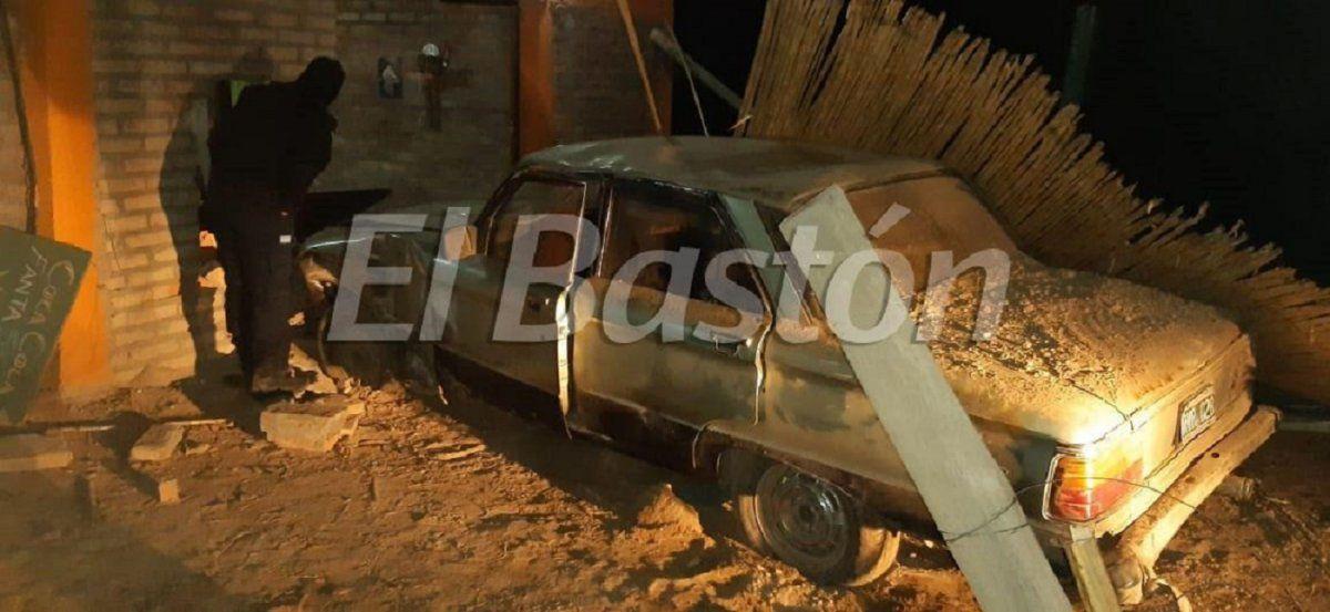 Le robó el auto al padre para violar el confinamiento y lo estrelló contra una casa