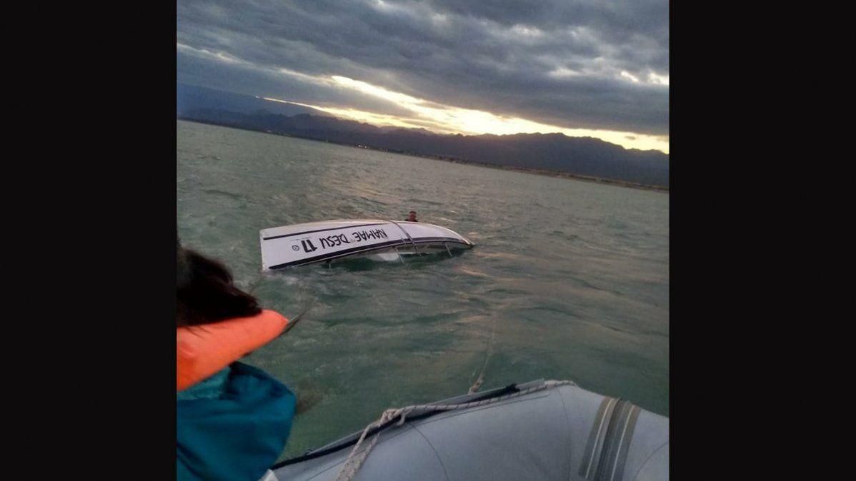 Rescataron a dos tripulantes de un velero en el dique de Ullum