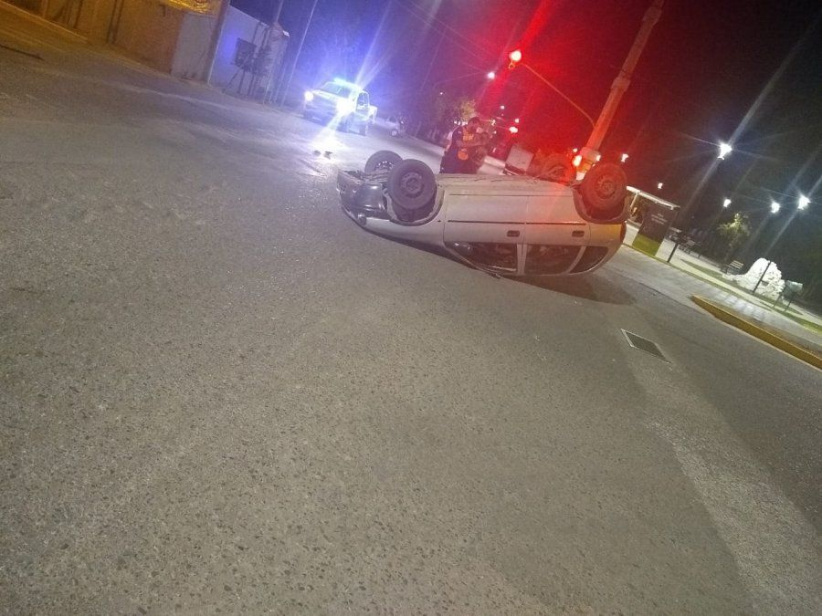 Accidente en Rivadavia: un adolescente volcó.