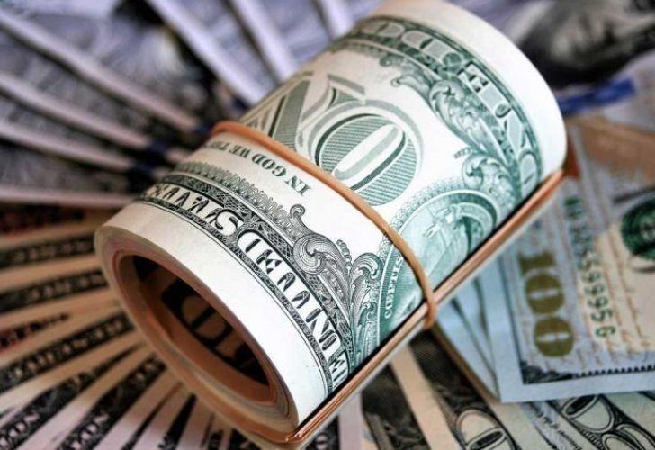 El dólar oficial cotiza a $83,50 mientras que el blue cae a $180