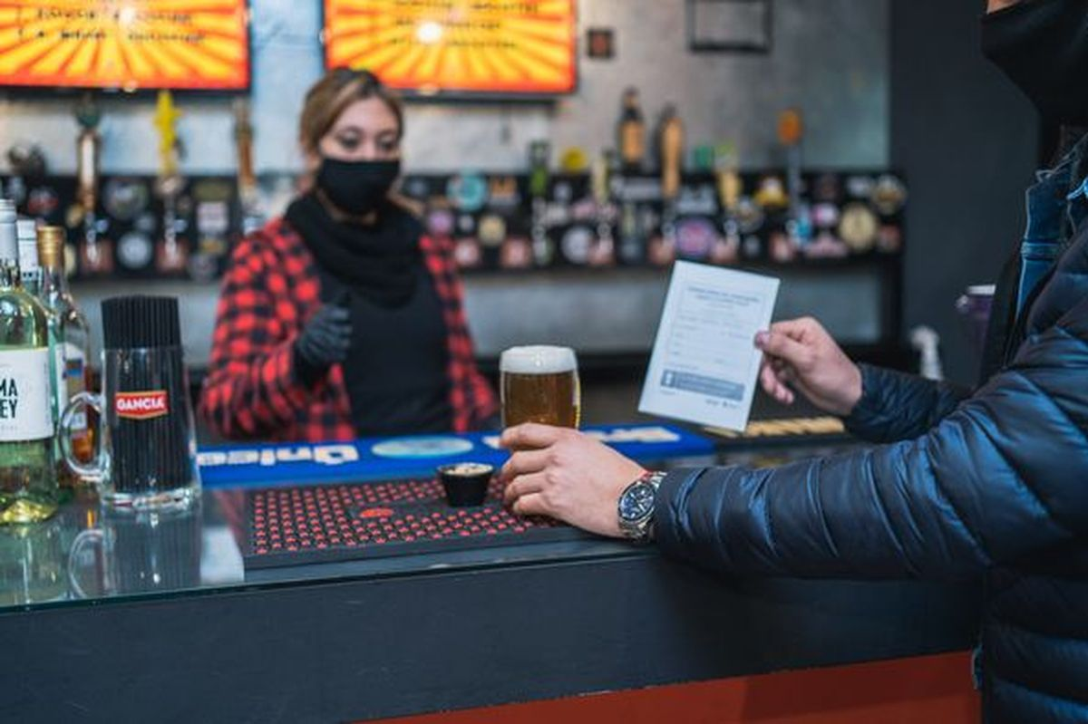 Quienes cuenten con carnet de vacunación podrán acercarse a los 10 bares de Rivadavia a buscar su cerveza gratis.