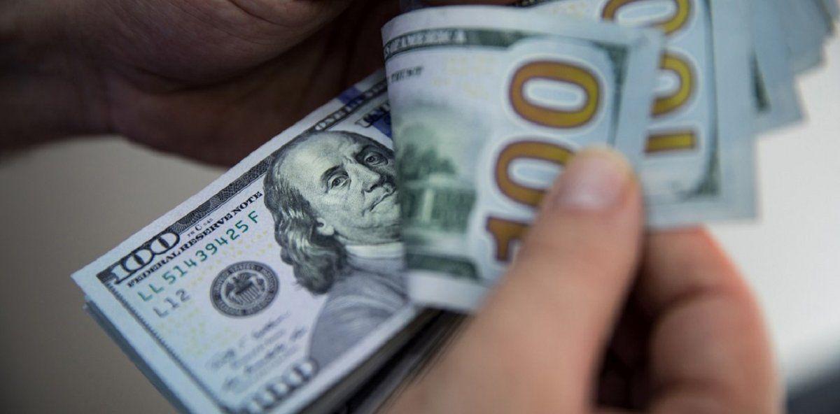 El dólar subió 14 centavos y cerró a $96,44