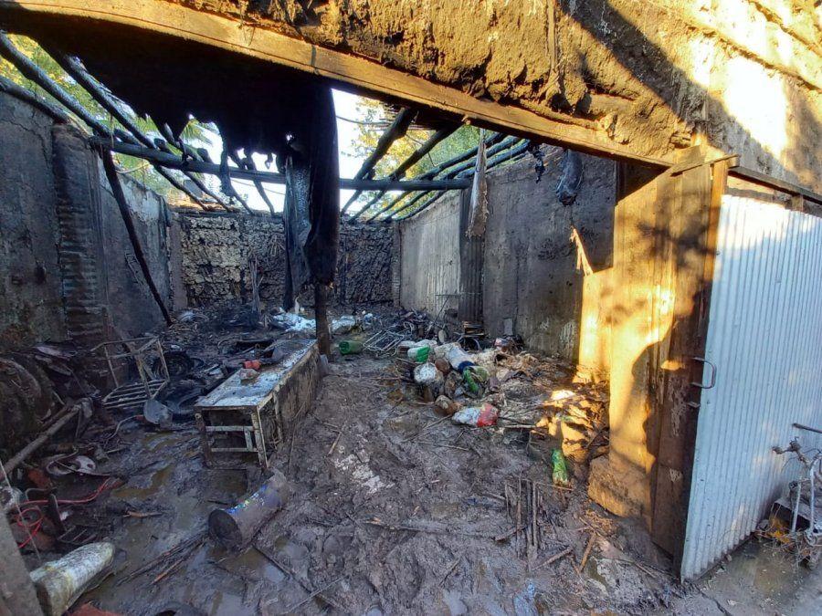 Un incendio arrasó con un galpón y provocó pérdidas totales
