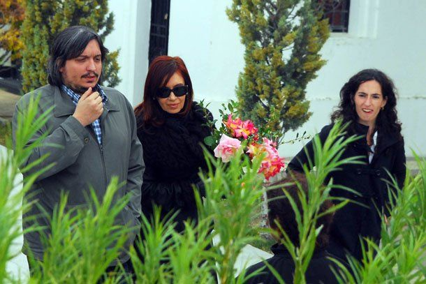 Cristina dejó un ramo de flores en la bóveda de su esposo Néstor Kirchner