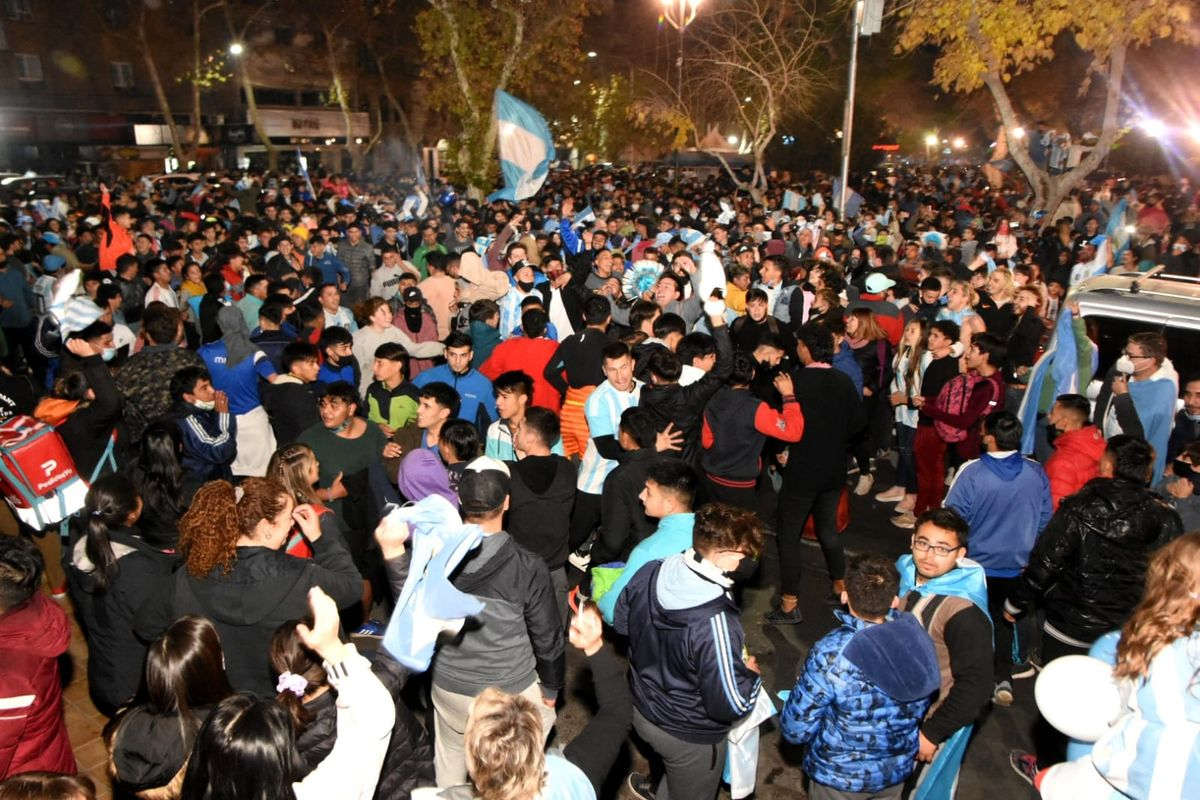 Los sanjuaninos gritaron Dale campeón en la Plaza 25 (Fotos: Adrián Carrizo para sj8)