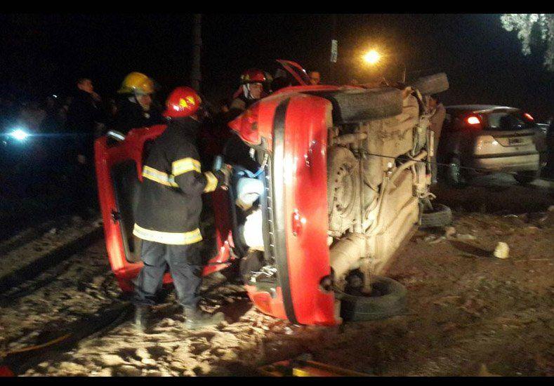 Dos autos chocaron y uno de ellos volcó: hubo dos heridos
