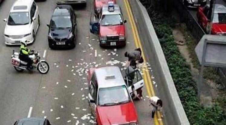 Detuvieron a un hombre que lanzó dinero desde el balcón y generó un caos vehicular