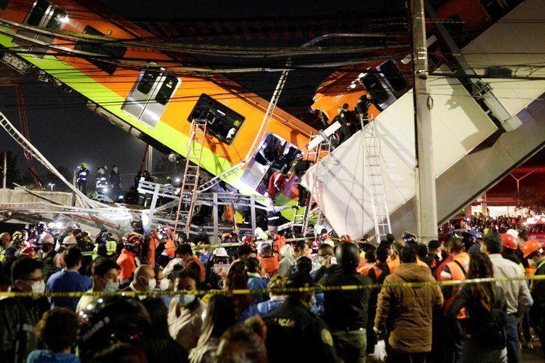 México: 23 muertos y casi 50 heridos tras desplomarse un transporte