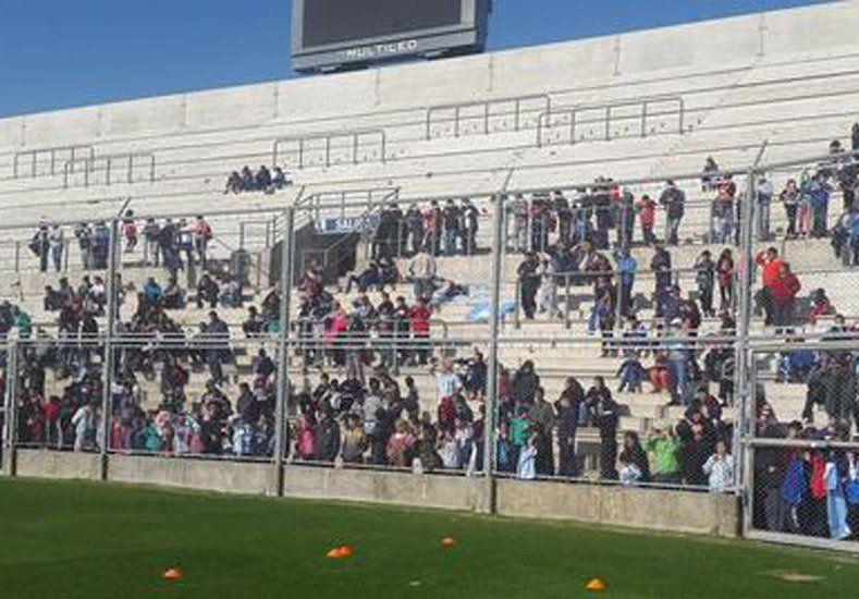 La selección entrenó en el Bicentenario ante la atenta mirada de muchos chicos
