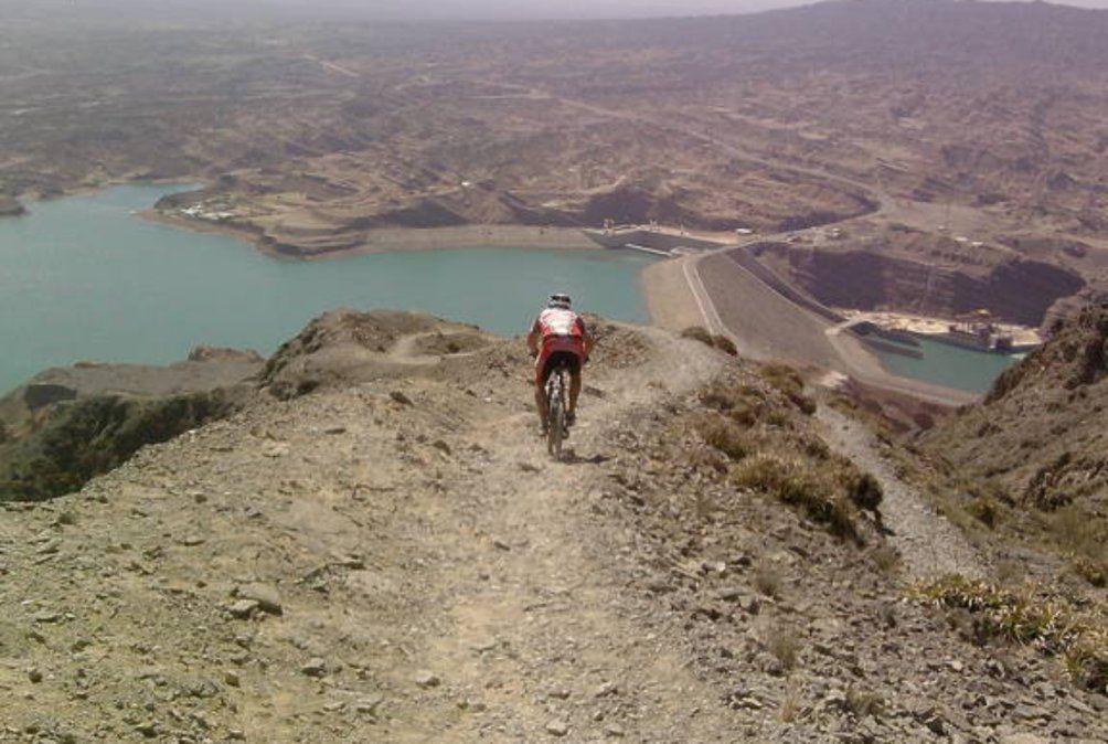 Un ciclista cayó de un cerro y tuvo que ser internado