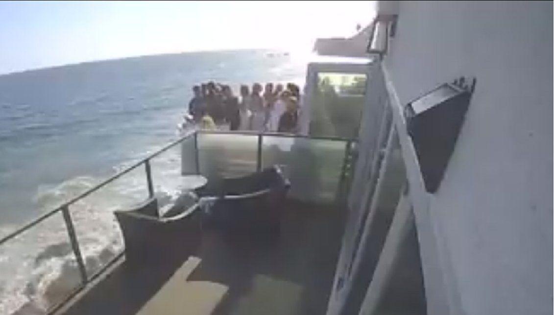 Grabaron el derrumbe de un balcón en una fiesta en Malibú